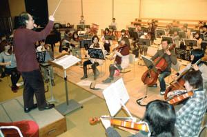 念入りに音合わせする蒲郡フィルハーモニー管弦楽団のメンバーたち=蒲郡市民会館で