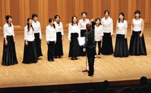 最後の卒業生となる3年生全員で合唱する音楽科=岐阜市薮田南のふれあい福寿会館で
