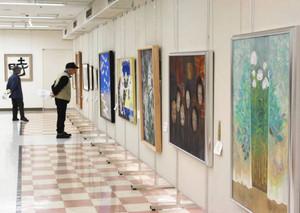 絵画や書などの力作が並ぶ中津川市民展=中津川市栄町のにぎわいプラザで