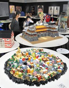 レゴブロックで作られた世界遺産が並ぶ会場=名古屋市中区のパルコで