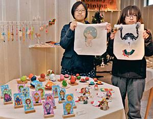 富山大芸術文化学部の学生が個性を発揮して作った雑貨が並ぶ企画展=高岡市御旅屋町で