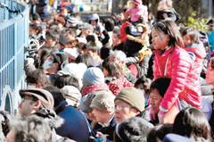 キロルの前には親子連れなど来園者の人だかりができた=浜松市動物園で
