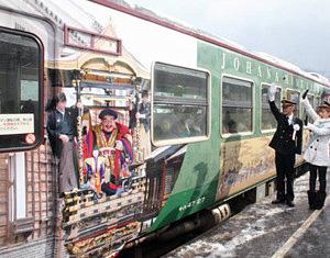 保育園児らが乗り込み出発するラッピング列車=JR城端駅で