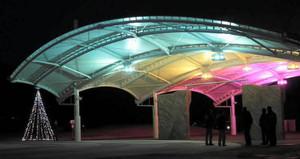 設置された大型屋根=一宮市光明寺の138タワーパークで(提供写真)