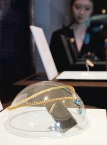 ヘビをデザインし、ヘビの頭部に天然真珠を配したネックレス=鳥羽市のミキモト真珠島で