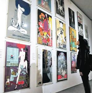 前衛的なポスター60点余りが並ぶ会場=刈谷市美術館で