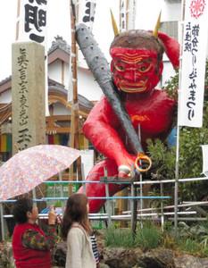「第62回節分つり込み祭り」に向けて登場した巨大赤鬼=岐阜市加納天神町の玉性院で