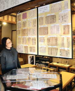 新たに発見された小津監督ゆかりの資料が展示されている館内=松阪市愛宕町の小津安二郎青春館で