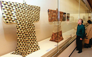加賀藩主前田家に伝来する能装束などが展示されている会場=県立美術館で