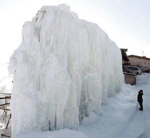 見頃を迎えている氷瀑=菰野町の御在所岳で