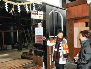 飛騨の地酒を解説するガイド=高山市上二之町の川尻酒造場で
