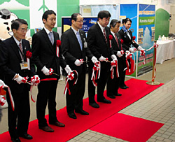 テープカットしてオープンを祝う関係者ら=いずれも小松空港で