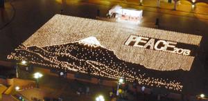 1万個のキャンドルを並べた富士山と「PEACE」の文字=27日午後6時14分、静岡市清水区で(今井智文撮影)