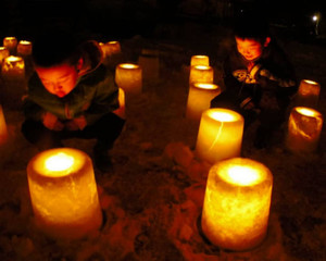 優しい光を放つ「雪灯籠」=昨年2月、豊田市武節町で