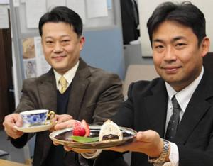 雪の金華山ケーキを開発した神保和則さん(右)と、コーヒー開発者の青山知憲さん=岐阜市役所で
