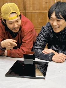 2人で製作した酒器を見る岩原さん(左)と宮原さん=塩尻市木曽平沢で