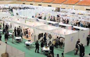昨年2月の「ジャパン・ヤーン・フェア」と総合展。今年はさらに規模が大きくなる=一宮市光明寺の市総合体育館で