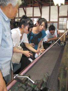 総合展「THE尾州」のファッションショーで発表される衣服の生地を作る翔工房の学生たち=昨年8月、一宮市内で