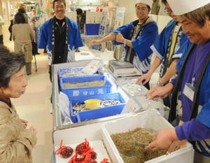 琵琶湖で水揚げされた魚貝類などが販売され、にぎわう会場=草津市の近鉄百貨店草津店で