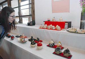 さまざまな陶器のおひなさまが並ぶ企画展=射水市水戸田で