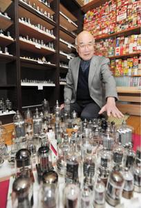収集した真空管の思い出を語る村松健彦さん=名古屋市天白区の自宅で