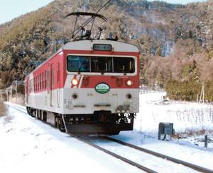 雪景色の中を1両で走る「ミニエコー」=塩尻市内で