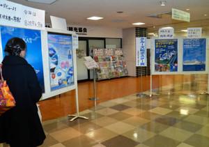 クルーズ船の魅力を紹介するポスター展=大和高岡店で