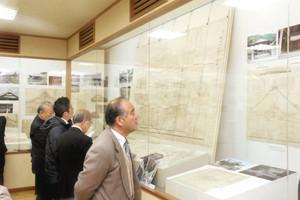 建物の図面や写真、記録ノートなどが並ぶ「大工棟梁 内田仙司翁と建築」=揖斐川町上南方の揖斐川歴史民俗資料館で