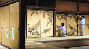 開幕を前に入念な点検が行われる円山応挙展の障壁画空間=名古屋市東区の県美術館で