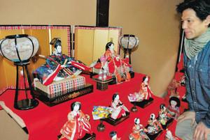 訪れた人の目を楽しませているひな飾り=小浜市の市町並み保存資料館で