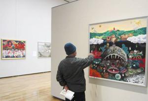 美術愛好者らを楽しませている全国公募展「老いるほど若くなる」=松本市美術館で