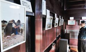 東日本大震災の被災地で本谷さんが撮影した写真が並ぶ古民家=金沢市花園八幡町で