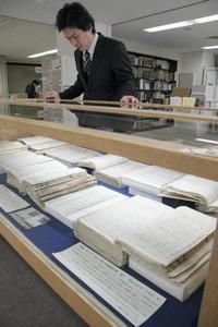 大津事件の経緯についてまとめた公文書などを展示している会場=県庁新館3階の県政資料室で