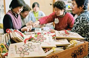 福井市東郷地区有志が、復活した桜の名所をアピールしようと作った「文殊山おそ桜」の絵馬=福井市の楞厳寺で