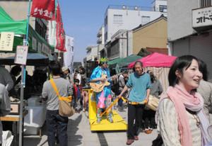 好天の中、多くの市民が訪れた「よこっちょポッケまーと」=金沢市安江町で
