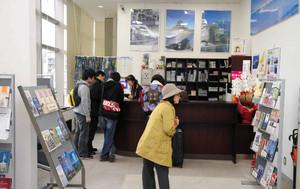 木材のカウンターで松本らしい装いに生まれ変わった観光案内所=松本市のJR松本駅で