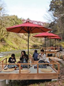 鶴仙渓に設けられた川床で自然を楽しむ観光客=加賀市山中温泉河鹿町で
