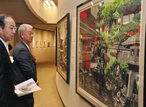 繊細な木版画が並ぶ会場=伊那市高遠町の信州高遠美術館で