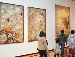 刺しゅうで描かれた繊細で華麗な作品が並ぶ特別展=高岡市美術館で