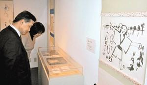 半泥子の俳画や陶器が並ぶ企画展=津市の石水博物館で