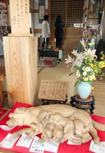 子宝や安産に御利益があるとされる木彫りをまつった杉田子安神社の拝殿=富士宮市で
