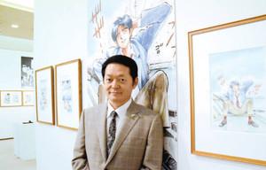 「Dr.コトー診療所」の原画の前で「人を思いやる気持ちを感じてほしい」と話す山田貴敏さん=岐阜市大宮町の加藤栄三・東一記念美術館で
