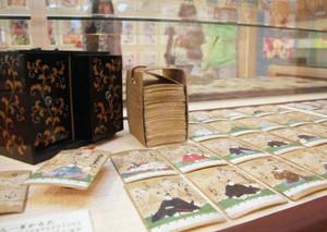 江戸時代の手描きの百人一首=福井市城東1の県立こども歴史文化館で