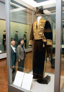 明治時代の「大礼服」(手前)など毛織物の洋装が初公開された企画展=一宮市大和町妙興寺の市博物館で