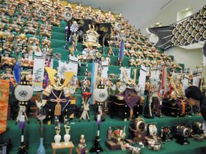 15段の五月人形が展示されている館内=須坂市で