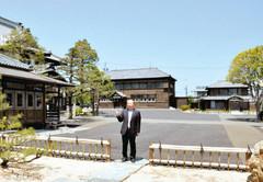 「平成の大修理」が完了した大日本報徳社。左が仰徳記念館と大講堂、正面奥が仰徳学寮、その右が冀北学舎=掛川市で