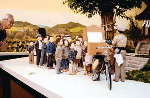 紙芝居に見入る子どもたちの人形=長野市の水野美術館で