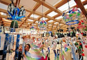 涼しげな音色を響かせ、訪れた人たちを癒やす風鈴=福井市のプリズム福井で