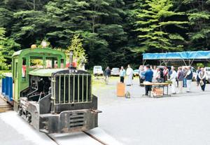 遠山森林鉄道の復元車両の前で開かれた遠山口の開山式=飯田市南信濃で