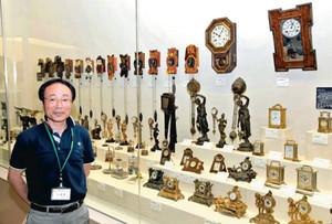 江戸中期から昭和までの古時計を紹介する下村さん=関市小屋名の県博物館で